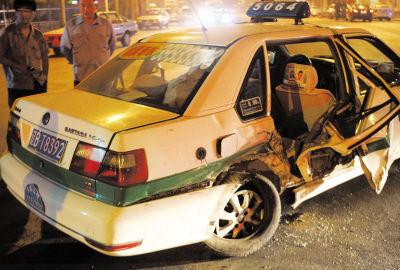 出租车车门受损严重。