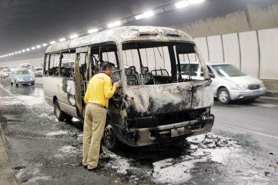 面包车被烧成了空架子。