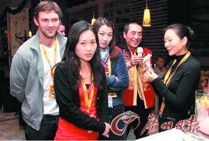网友曝光了张艺谋和疑似陈婷(右一)的女子一起吃冰淇淋的照片。