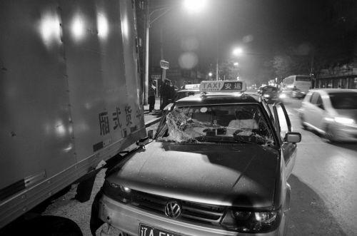 车牌号为辽AEN549的出租车撞到了货车上,司机成功逃脱