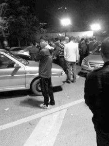 午夜车祸引来百人围观。网友供图