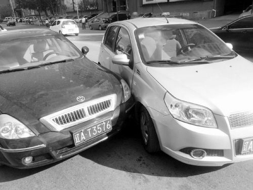 两车相撞 刘钊摄