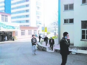 警车停在事发现场的右侧,同学纷纷绕行。网友供图