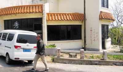 """墙上和路桩上都有""""禁止停车""""的字样。"""