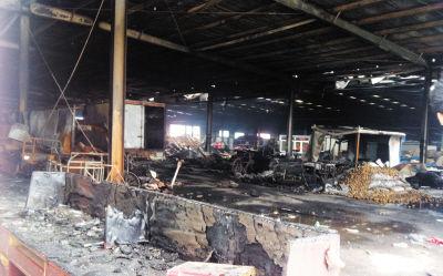 蔬菜批发大棚里被烧得一片焦黑。