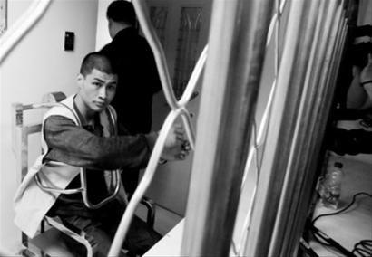昨日上午,在沈阳市铁西区看守所,犯罪嫌疑人刘某某透过铁窗,他用恶狠狠的目光先扫视一遍记者。辽沈晚报 北国网记者 王迪 摄