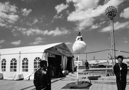"""4月29日,2013年营口春季房地产展示交易会站前区展厅前,一个""""天外飞仙""""装置引发了众多市民围观。江楠 摄"""