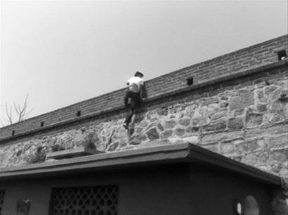 """葫芦岛""""爬墙哥""""自晒攀爬兴城古城墙照片。网友供图"""