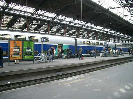 法国:禁止人们在火车站接吻