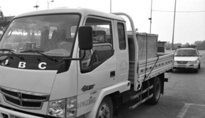 夫妻俩没有驾驶证,竟然开着小货车上高速公路,而且换着开,被交警发现进行了处罚。 交警供图