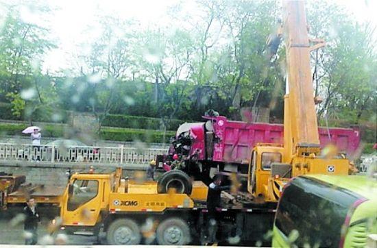 大型吊车将肇事车拖上重型拖车
