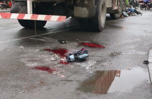 车祸中死去孩子的书包留在血泊中