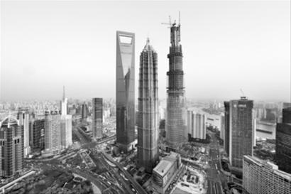4月11日,在建中的上海中心大厦主楼高度升至500米。资料图片