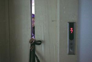 业主康师傅亲自展示电梯夹人 ■本报记者 石立飞 摄