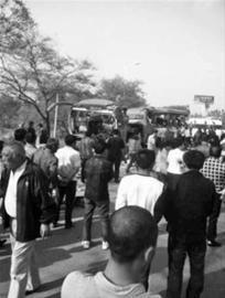 ◆事故现场聚集了大量的围观人群。 网友供图