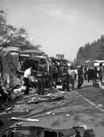 昨日,辽宁鞍山发生客车相撞事故。 网友供图