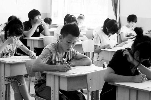 学生在进行中考考试(资料图)