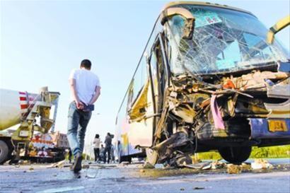 昨日下午4时许,发生事故的大客车右前脸已经面目全非。辽沈晚报、北国网记者 查金辉 摄