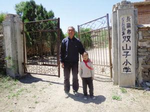 双山子小学只有52岁的张宝华和8岁的小佳昊。