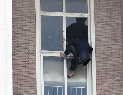 男子又自己爬回楼内。