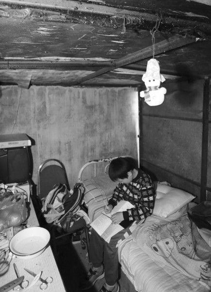 张文勋在爷爷搭的简易房里读书学习。
