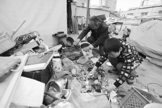 品学兼优的小文勋经常帮爷爷给捡来的垃圾分类。摄影记者孙振芳
