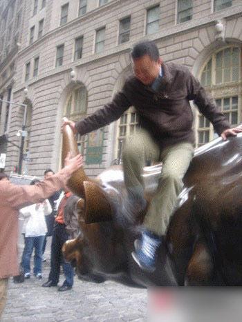 游客攀爬雕塑