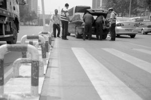 交警正在勘查现场 ■本报记者 陈思 摄