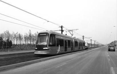 昨日,首批运抵沈阳的70%低地板现代有轨电车在路面上进行冷滑。 微博网友供图