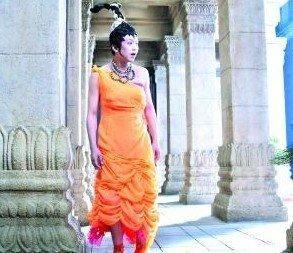邓超在《画壁》中的女装造型。