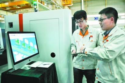 工作人员模拟操控全智能机床