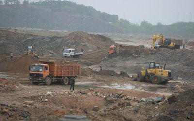 工地派出人力、车辆开始修复和合龙决堤的大坝。