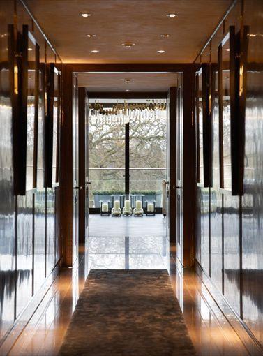 门廊两侧的墙壁镶有专门定制的金属镶板