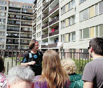 上图:游客参观腐败官员所住的公寓。