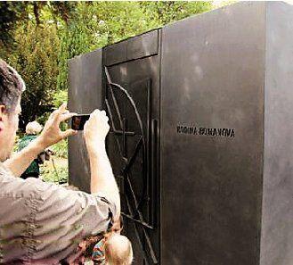 游客参观一名腐败官员为自己准备的铁棺材。看着这样一副密不透风的铁棺材,让人不得不猜想,究竟是什么让贪官如此害怕,以至于棺材都要如此铜墙铁壁?