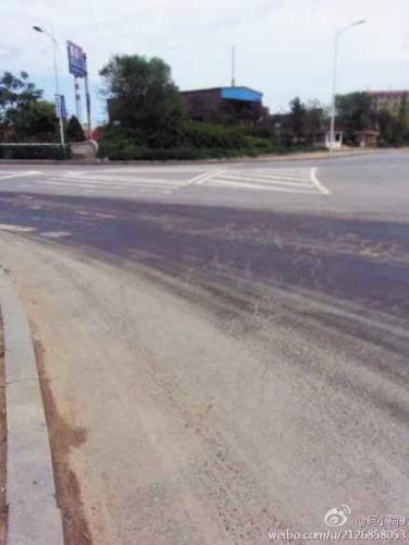 这段路面布满了黑色油污。