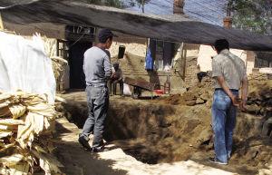 考古人员正在对古墓进行挖掘■本报记者 隋婷 摄
