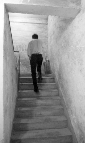 电梯坐不上,只好爬楼梯。