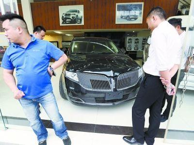图为被砸的林肯越野车。记者杨涛 实习生孔轩 摄