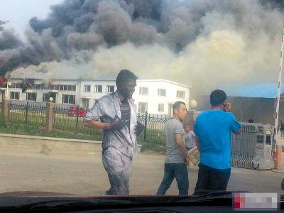 幸存者在工厂外。图由网友提供