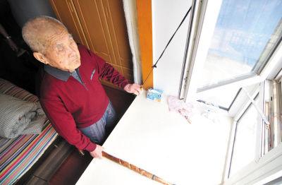 将绳子拴在窗把手上,这样开窗就方便了。