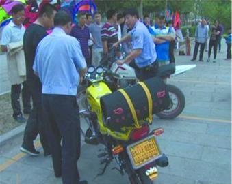 盖州交警正在对无牌、改型摩托车进行依法扣押。警方供图