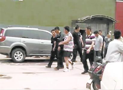 辽沈晚报、北国网记者 韩涛警察将嫌疑人带回询问。首席记者 李东 摄