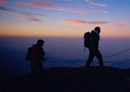 借着黄昏的暮色,攀岩小队正在赶往下个一个目的