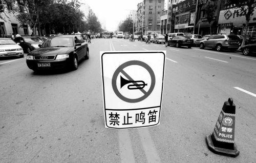 2012年高考,沈阳7中考场外禁止鸣笛(资料图片)