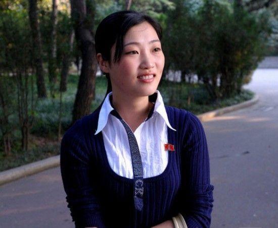 """街拍穿着""""时尚""""的朝鲜姑娘"""