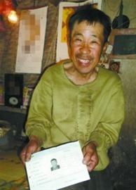 辽沈晚报、北国网特派阜新记者蔡红鑫昨日下午,记者来到康连喜的家中,他拿出准考证给记者看。