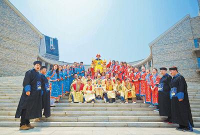 宫廷装的照片是@胡千夫 拍摄的最受欢迎的创意毕业照。