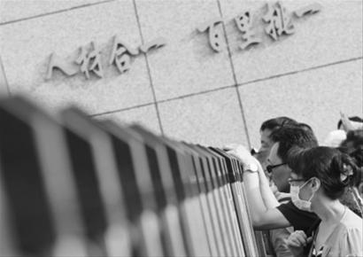 昨日是全国高考第一天,在沈阳市第十一中学考点,陪考的家长在门口焦急等待考生。今年全国共有912万考生报名参加高考。 辽沈晚报、北国网记者 查金辉 摄