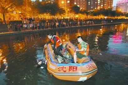 昨晚7时56分许,在沈阳市铁西区卫工明渠,消防人员潜水搜救落水小伙。
